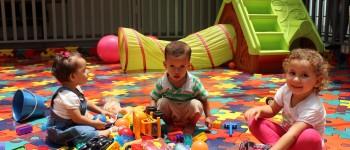 Niños jugando en el área de juegos del Hospital